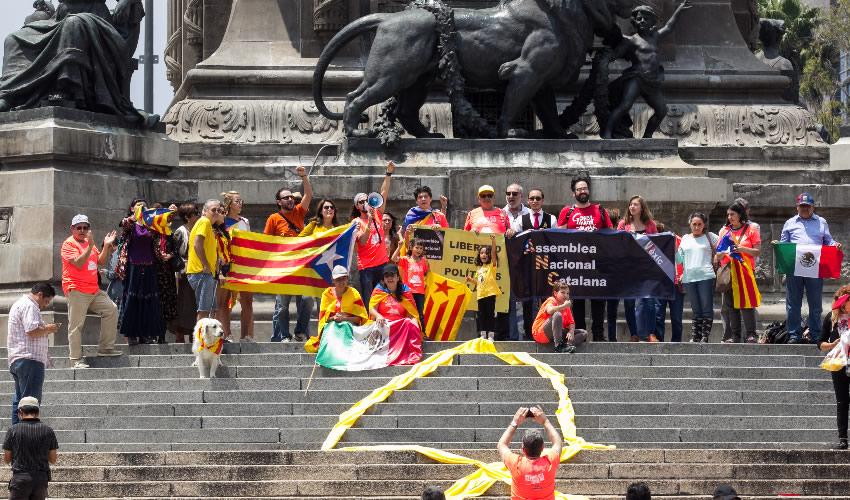 Integrantes de la comunidad catalana en la Ciudad de México realizaron una protesta, en las escalinatas del Ángel de la Independencia (Foto: Galo Cañas/Archivo/Cuartoscuro)