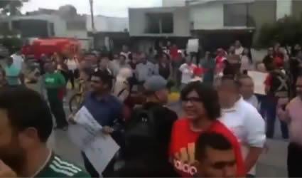 """""""¡Abre la Puerta, Pelón!"""", Pobladores se Manifiestan Contra Enrique Alfaro"""