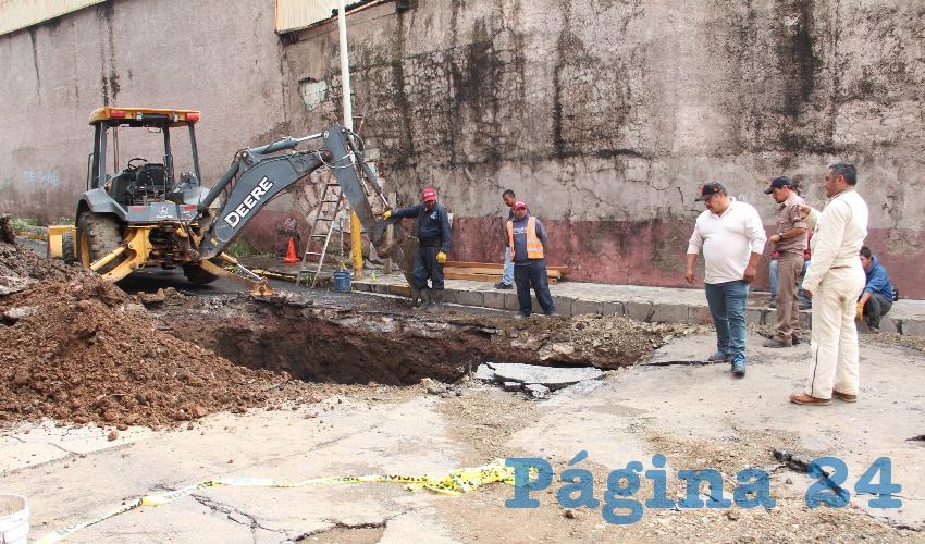 Derivado de las fuertes lluvias que se presentaron en la capital zacatecana el pasado domingo, se abrió un hoyo de grandes dimensiones a unos metros de la avenida San Marcos de la capital zacatecana (Foto: Rocío Castro Alvarado)
