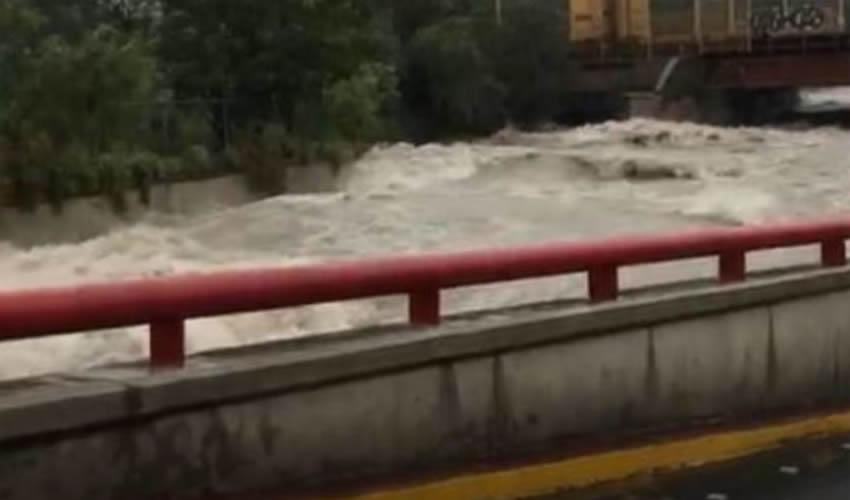 Una avenida de Monterrey, convertida prácticamente en un río a causa de las lluvias provocadas por Fernand (Foto: Especial)