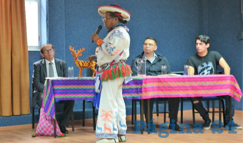 Representantes de la cultura Wixárika, acompañados por artesanos y músicos de su etnia presentaron ante la comunidad universitaria el Encuentro con la Cultura Wixárika (Foto:Óscar Domínguez Caldera)