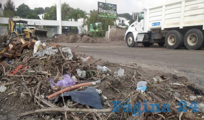 La entrada al canal que era apenas transitable, seguía anegada de lodo y basura, en tanto que trabajadores de Obras Públicas y de Protección Civil trabajaban a marchas forzadas para limpiar la zona/Fotos: Rafael Hernández Guízar