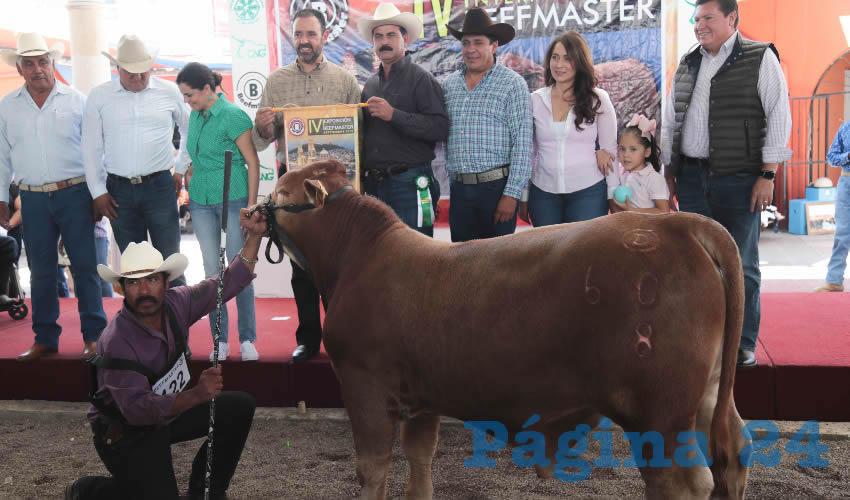 """El gobernador felicitó a la familia """"Beefmaster"""" que participó con 300 ejemplares en la exposición de la Feria Nacional de Zacatecas"""