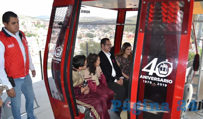 La presidenta honorífica del Sistema Estatal para el Desarrollo Integral de la Familia (SEDIF), Cristina Rodríguez Pacheco, develó la placa conmemorativa por el 40 aniversario del Teleférico (Foto: Merari Martínez)