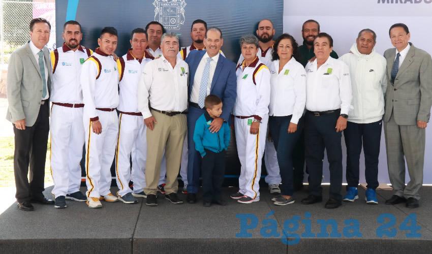 Martín Orozco Sandoval abanderó a la delegación de maestros que representará a Aguascalientes en el XXII Concurso Nacional de la Sesión de Educación Física
