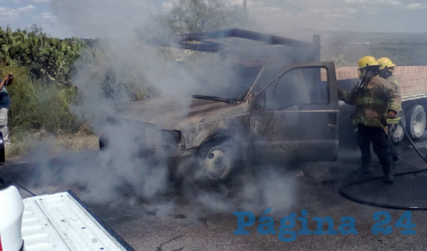 Por una falla en el sistema eléctrico, el fuego invadió la camioneta Ford Duty