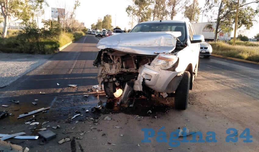 La camioneta Ford Lobo quedó destrozada al chocar contra un tractocamión que le cerro el pasó sobre la carretera federal 45 sur