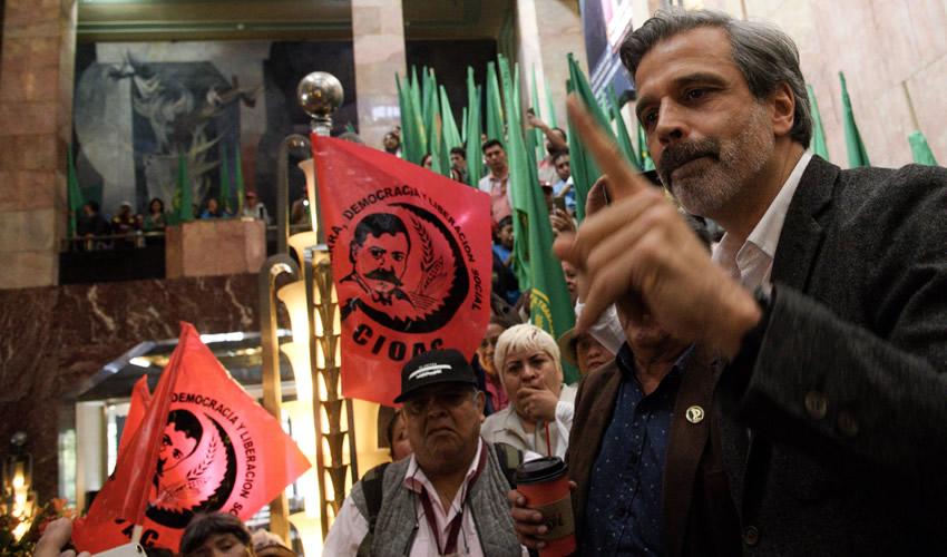 Toman Vestíbulo de Bellas Artes Para Exigir el Retiro de Pintura de Zapata