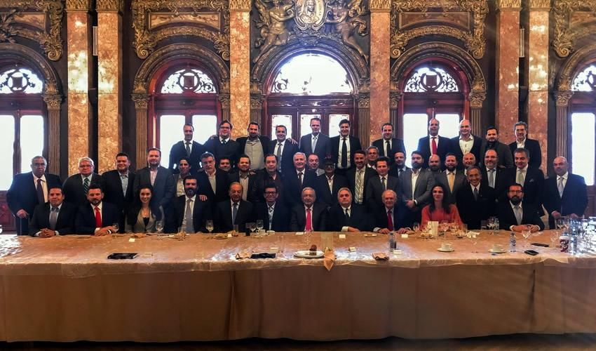 El presidente de la República, Andrés Manuel López Obrador se reunió con dueños de los equipos del beisbol mexicano (Foto: Cortesía/Twitter @lopezobrador_)