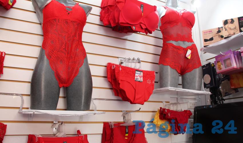 Una de las tradiciones que se realizan anualmente para las celebraciones de fin de año y el inicio del año nuevo, es la compra de ropa interior amarilla y roja (Foto Rocío Castro Alvarado)