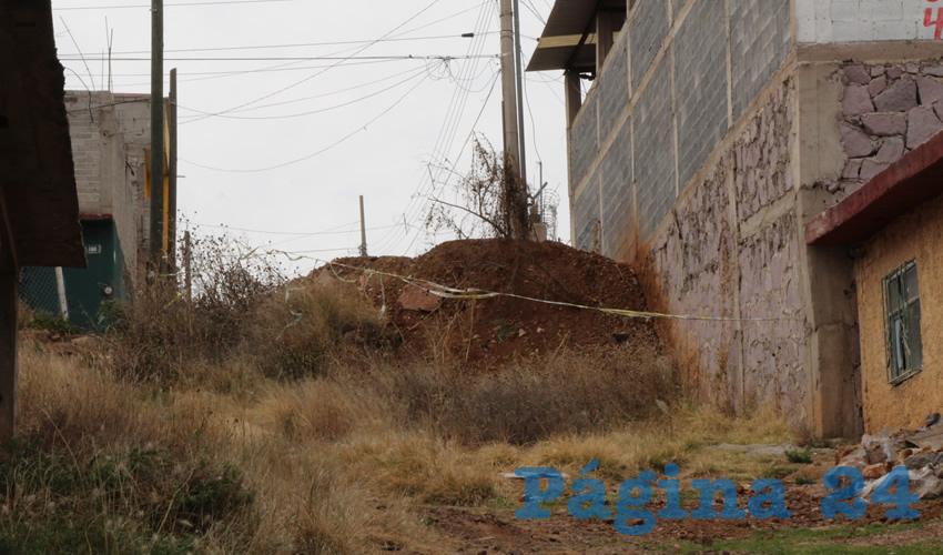 Esta calle, es uno de los accesos que tienen los vecinos de esta colonia a la vialidad de Tránsito Pesado, pero ya que no está pavimentada y no son muchos los pobladores que viven en ella para muchas personas fue el espacio perfecto para depositar los escombros (Foto Rocío Castro Alvarado)