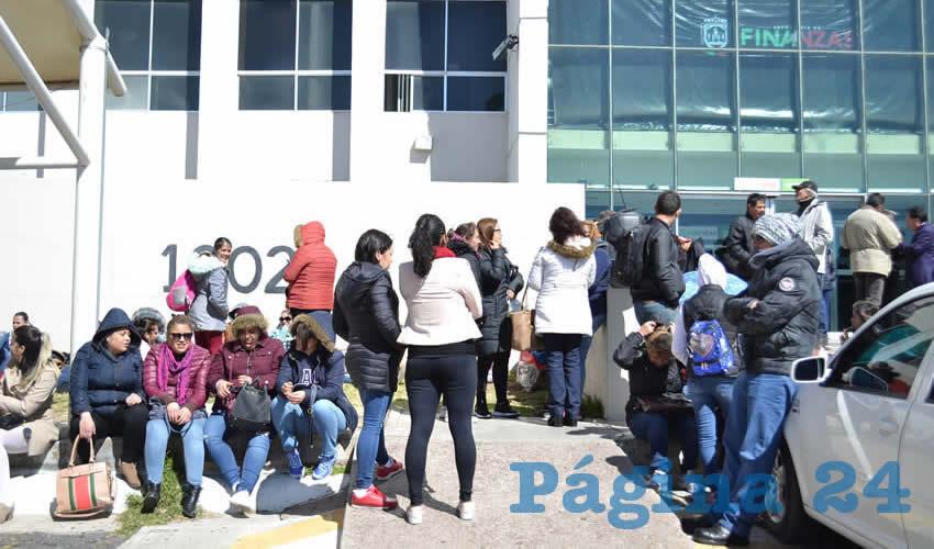 Un centenar de trabajadores de los Centros de Desarrollo Infantil (Cendis) del Frente Popular de Lucha por Zacatecas (FPLZ) se manifestaron en las oficinas de la Secretaría de Finanzas (Sefin) para exigirle al gobierno estatal que apoye estos proyectos educativos. (Foto Merari Martínez)