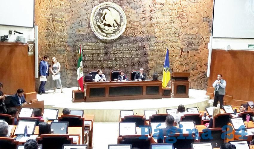 Lo que es apremiante para los diputados de Jalisco va primero en la agenda: Hacerse la chamba todavía más fácil. Ayer todos levantaron la mano para contratar dos trabajadores más, cada uno; es decir, un gasto de 50 mil pesos al mes, a partir de ya/Foto: Francisco Tapia