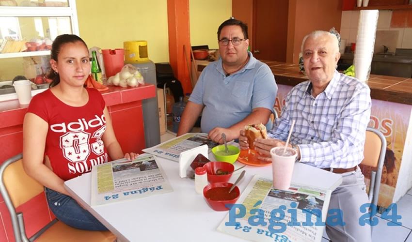 En el Sabor de Coyoacán desayunaron Blanca Rocío Olague Valenzuela, César Rizo Jiménez y Luis Rivera Gutiérrez