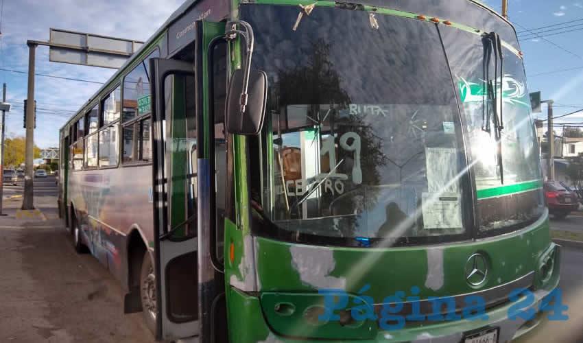"""El autobús que manejaba Armando """"N"""" """"N"""", de 41 años de edad, quien quedó detenido"""