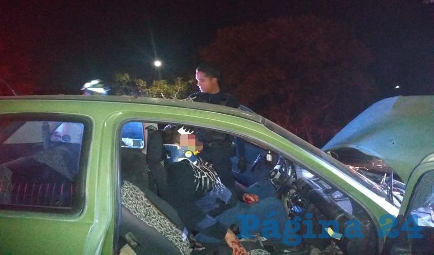 Tras varios minutos de maniobras, rescatistas lograron extraer al conductor y lo llevaron a un hospital