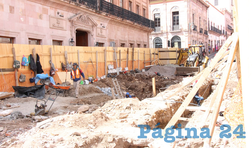 Estudiantes de la Unidad Académica de Antropología de la Universidad Autónoma de Zacatecas (BUAZ) acudieron a las obras de rehabilitación de la calle Allende del Centro Histórico de Zacatecas, para realizar un registro sistemático de las piezas de cantera que todavía se conservan en esta zona.