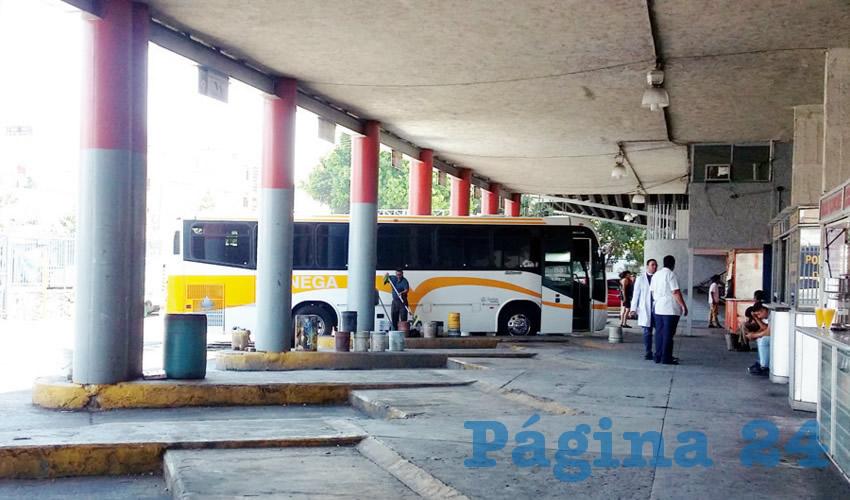 En la Central Camionera Vieja, los gastos de las empresas de autotransporte son tantos que contrasta diametralmente con la falta de pasajeros, algo que está minando sus ganancias, al tener que recortar corridas/Foto: Francisco Tapia
