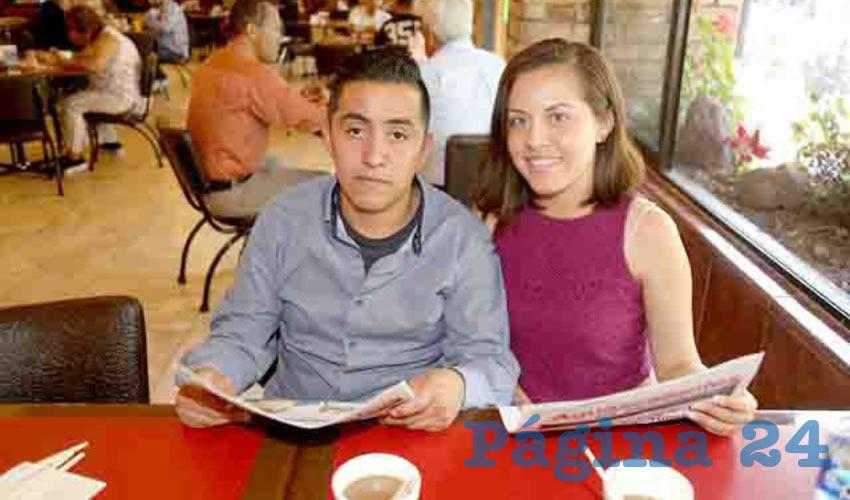 En Las Antorchas, esperando a que les entreguen su desayuno para ir a casa, Pablo Zúñiga Almázan y Laura Alvarado Rodríguez