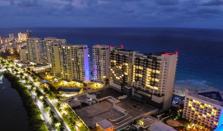 Playas Cerradas, Hoteles Vacíos y Miles de Fespidos en Cancún por Covid-19