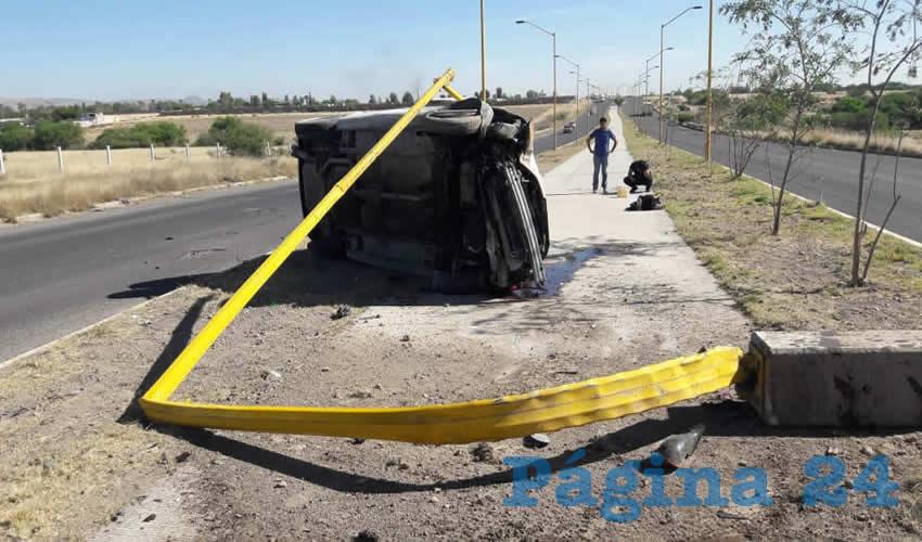 El aparatoso accidente del carro Chrysler Cirrus, ocurrió sobre avenida Siglo XXI poniente, en Jesús María