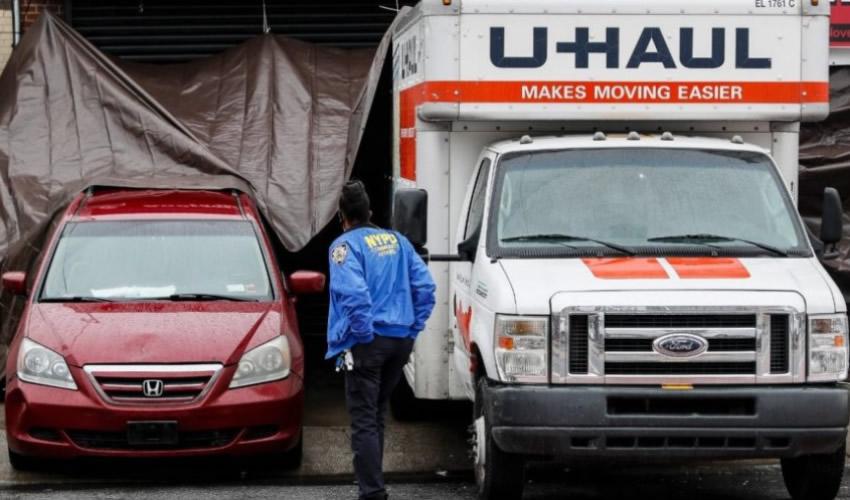 La policía revisa uno de los camiones en los que se almacenaron decenas de cadáveres en el distrito neoyorquino de Brooklyn (Foto: Especial)