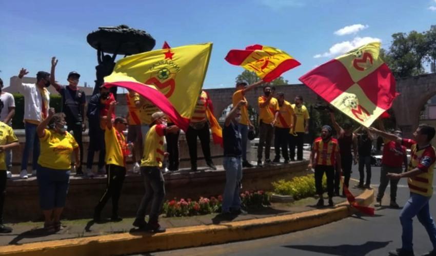 Aficionados de Monarcas Morelia violaron la cuarentena para protestar por el supuesto traspado de la franquicia hacia Mazatlán, Sinaloa