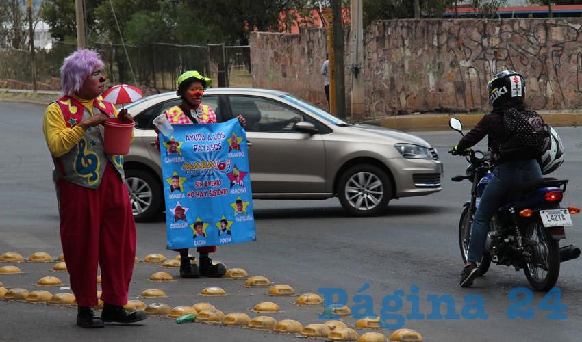 Enfundados con su traje y maquillaje del personaje que representan permanecieron por unas cuatro horas en el semáforo en el que con música llamaron la atención de los automovilistas