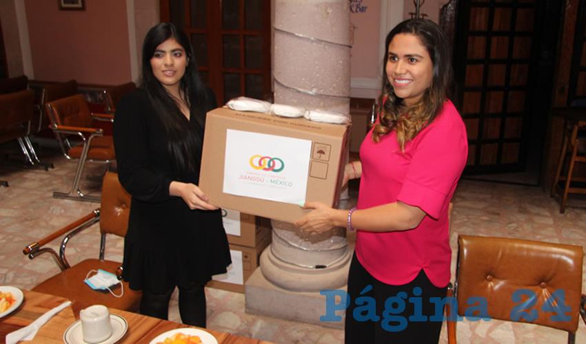 La Cámara de Comercio Jiangsu-México donó dos mil cubrebocas KN95, los cuales fueron entregados a Catalina Monreal Pérez, integrante de Movimiento Regeneración Nacional (Morena), como muestra de solidaridad del pueblo chino con el mexicano frente a la actual contingencia sanitaria por COVID-19 (Foto Rocío Castro)