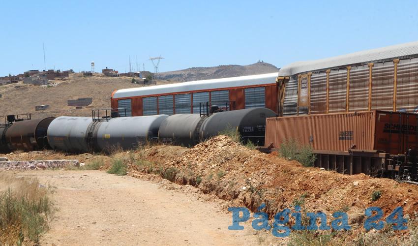 En punto de las 6:40 horas de ayer se recibió el reporte del descarrilamiento de varios vagones del tren a la altura de la zona habitacional del fraccionamiento San Fernando y del Mercado de Abastos en la capital zacatecana (Foto Rocío Castro)