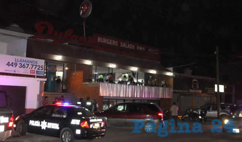 Pistola en Mano, Salvador Flores Ruiz, Comandante Municipal, Siembra el Pánico Afuera de Restaurante