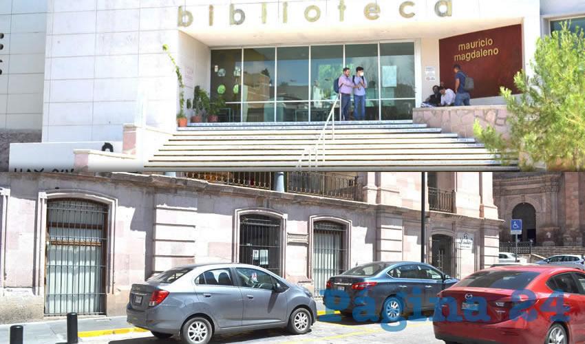 Entre los espacios cerrados se encuentran las bibliotecas públicas de la entidad, las que constantemente tenían a personas consultado el material bibliográfico con el que cuentan (Foto Merari Martínez Castro)