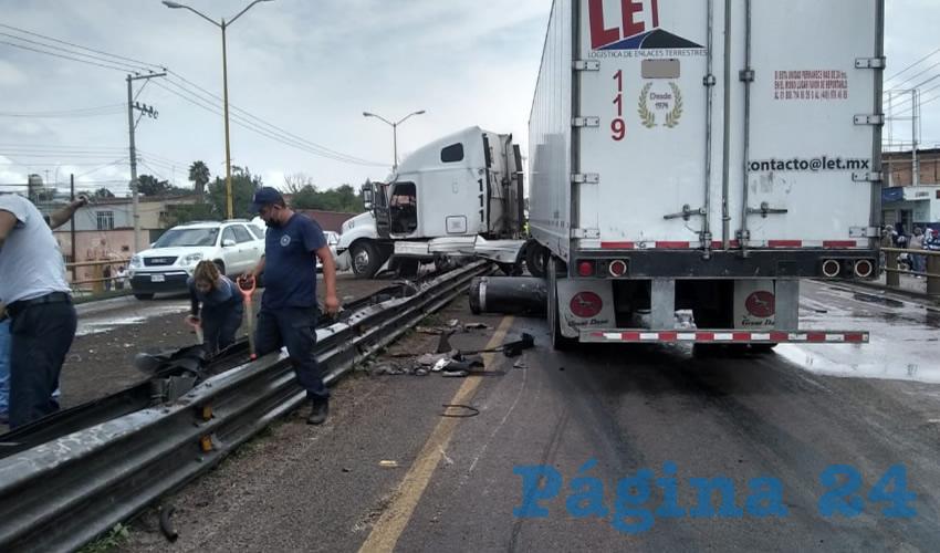 Tras el choque, el tráiler terminó atravesando la valla de contención y su tanque de diésel comenzó a derramar combustible