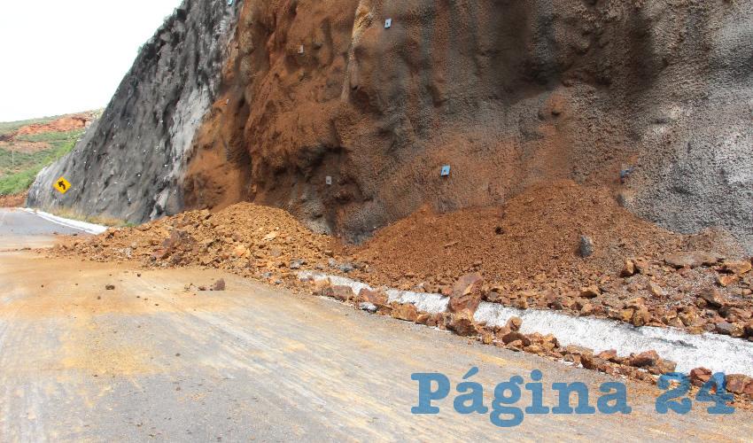 Ayer, la vialidad Manuel Felguérez que conecta el centro comercial Galerías con el entronque al cerro de La Bufa permaneció cerrada ya que se presentó desgajamiento de tierra y piedras de la colina que ahí se encuentra (Foto Rocío Castro Alvarado)