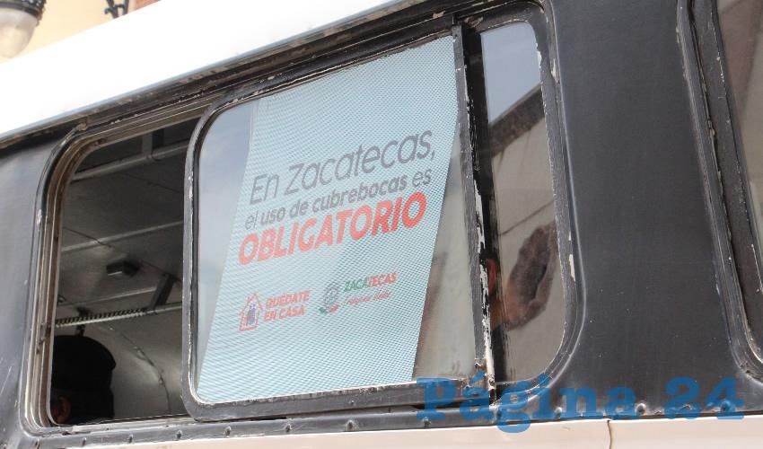 A partir del pasado lunes 20 de julio, las distintas rutas de transporte público urbano de Zacatecas y Guadalupe, comenzaron a implementar un programa en el que hacían saber a la población que el cubrebocas es obligatorio utilizarlo para prevenir contagios de COVID-19, por lo que a los usuarios que intentaran utilizar el servicio y no portaran el cubrebocas, no se les permitiría ingresar a los camiones (Foto Rocío Castro Alvarado)