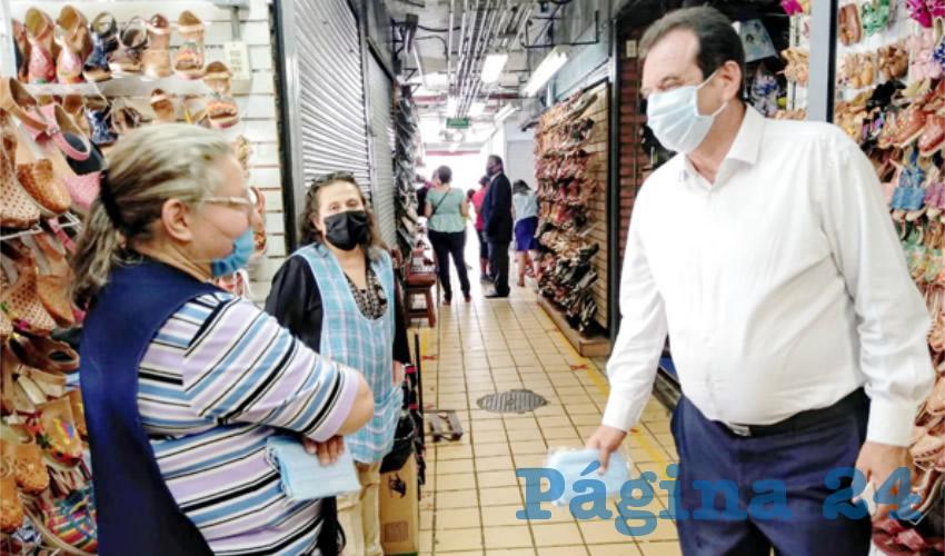 """Óscar Arturo Herrera Estrada, diputado del Partido del Trabajo, impulsa la campaña """"consume en tu mercado"""", una estrategia con la que dice, esperaría que mejoren las escasas ventas que se registran en estos centros de comercio/Foto: Francisco Tapia"""