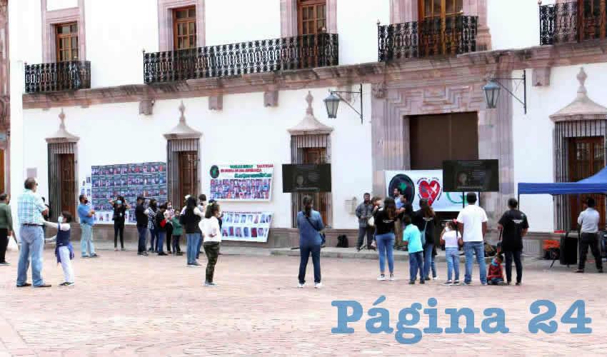 En el marco del Día Internacional de las Víctimas de Desapariciones Forzadas, un reducido grupo de personas que integran colectivos de familias de personas desaparecidas en la entidad, protestaron de manera simbólica en Palacio de Gobierno (Foto Rocío Castro)
