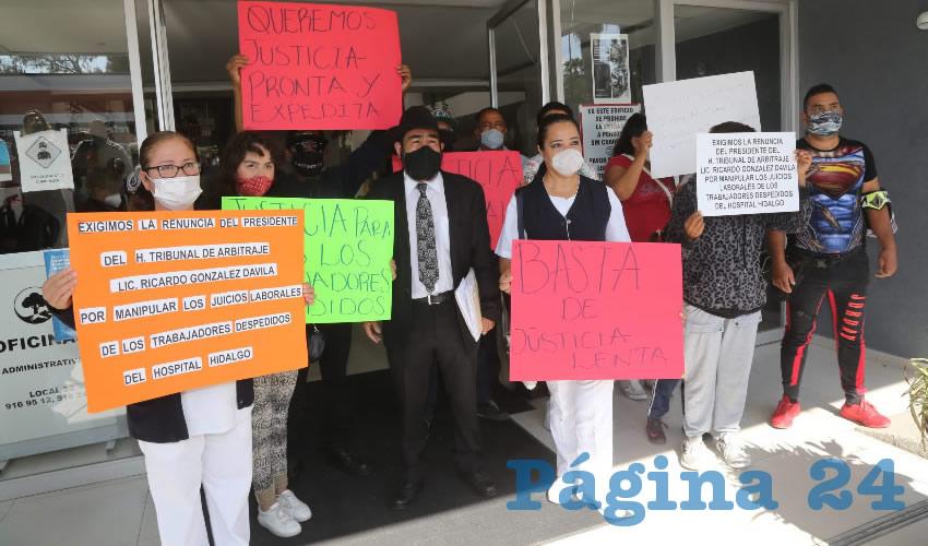 Trabajadores del Hospital Hidalgo se manifestaron en el Tribunal de Conciliación y Arbitraje (Foto: Eddylberto Luévano Santillán)