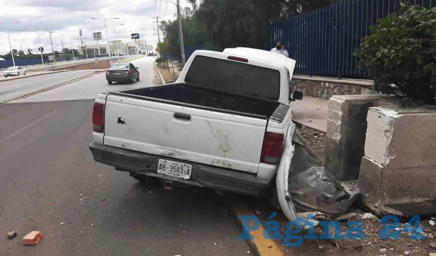 Por una posible falla mecánica, la camioneta se estrelló contra un macetón, en avenida Aguascalientes