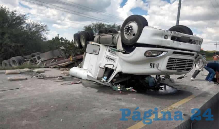 El tractocamión se volcó en la carretera federal 45 sur, cerrándole totalmente el paso a otros vehículos