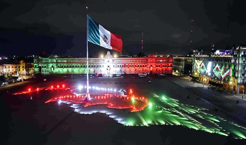 Sobre la Plaza de la Constitución, el Zócalo capitalino, los fuegos pirotécnicos consumaron así la celebración del 210 aniversario del inicio del movimiento independentista