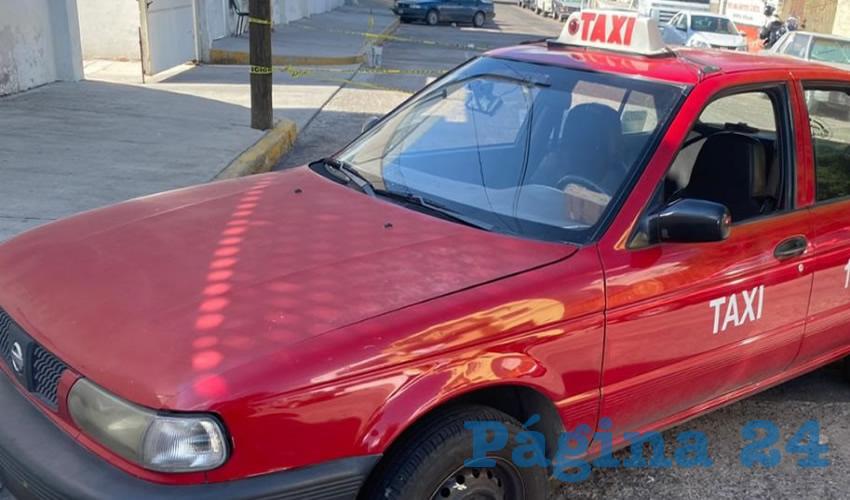 El taxi en que escapaban las cuatro rateras, mismas que obtuvieron ocho bolsas de prendas en varios negocios de Villa Hidalgo, Jalisco