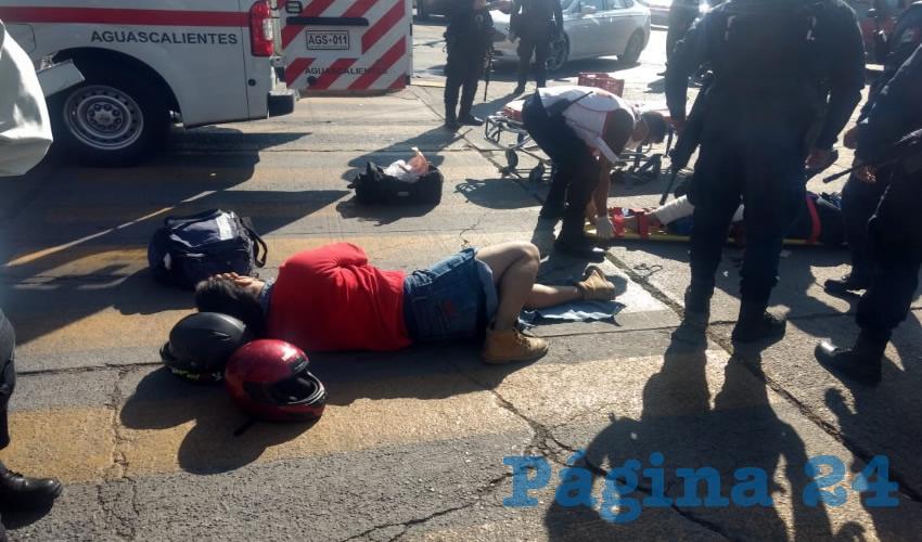 Dos motociclistas se estamparon contra un vehículo que les cerró el paso, sufriendo fracturas de pierna