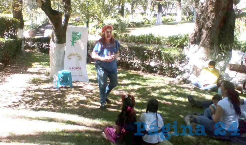 En una de las jardineras del Parque Enrique Estrada se realizó la inauguración de temporada del Foro Permanente de Narración Oral (Foto: Óscar Domínguez Caldera)