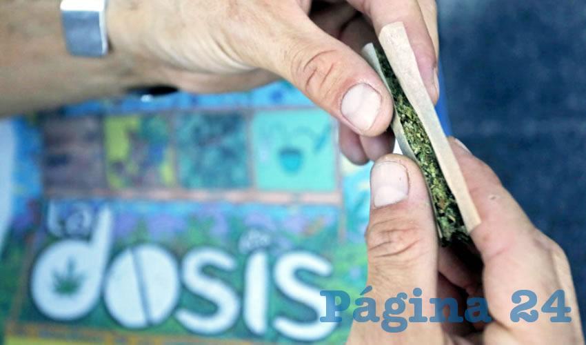 """En plena calle y con el permiso del ayuntamiento de Guadalajara, desde jóvenes hasta personas de la tercera edad fumaron hierba. Separaron la mariguana, la limpiaron para quitarle los """"cocos"""" y ramas, forjaron cigarrillos"""