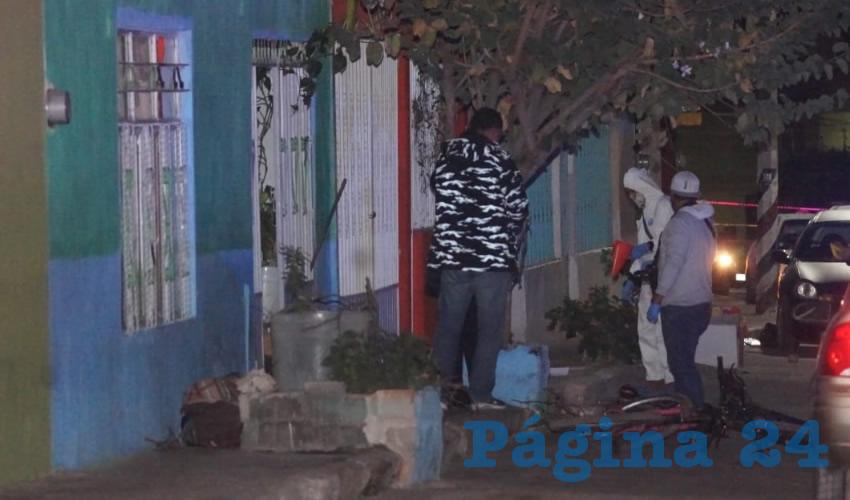 Una de las víctimas cayó muerta frente a la casa 312 de la calle Mártires del Río