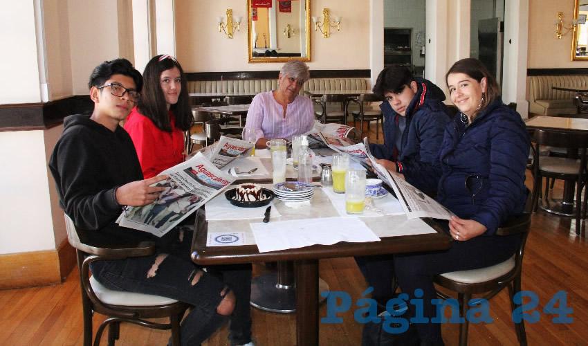 En el restaurante Sanborns desayunaron los hermanos Yahir, Erin y Guillermo Muñoz Gallardo, Viridiana Gallardo y Leticia Tovar Nieto