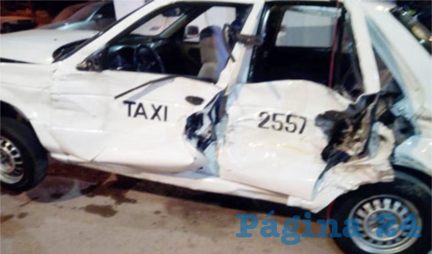 Trailero Embiste a Taxi; hay dos Heridos