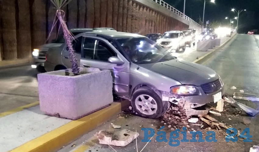 """El borracho Gerardo """"N"""" """"N"""", de 29 años, causó daños estimados en 100 mil pesos, al estrellar su auto Nissan Sentra en el paso a desnivel de Aguascalientes Poniente, en su cruce con calle Salvador Quezada Limón"""