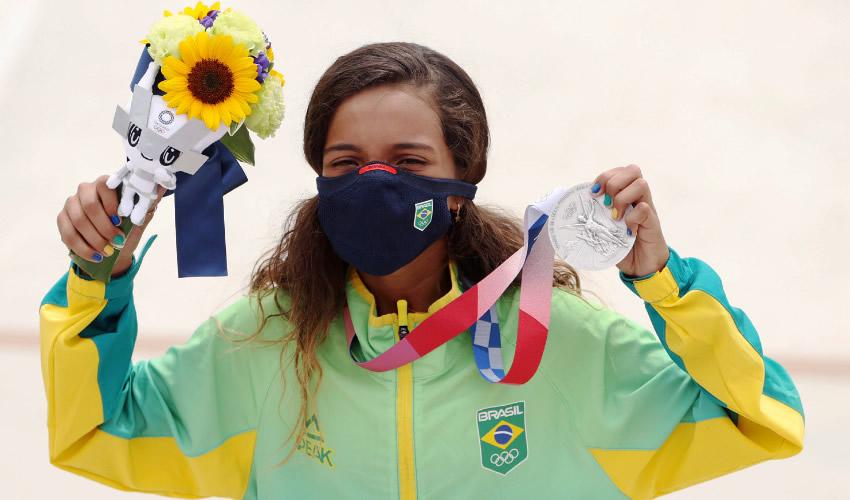 Adolescente Conquista Plata en Skateboarding